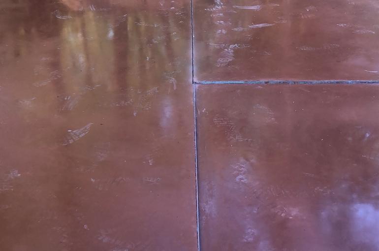 Rode gepolierde betonvloer 32