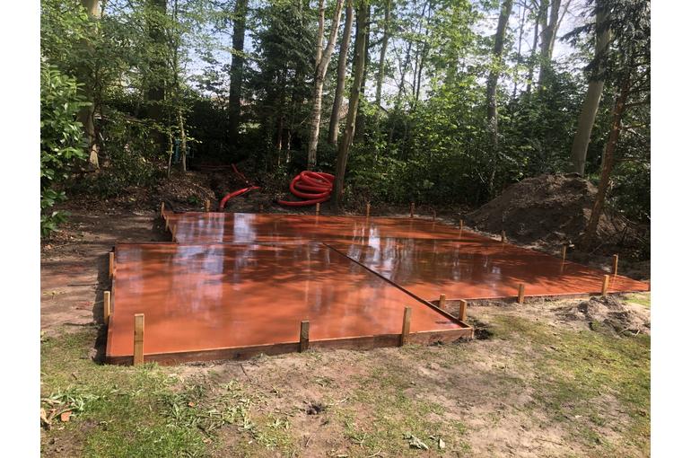Rode gepolierde betonvloer