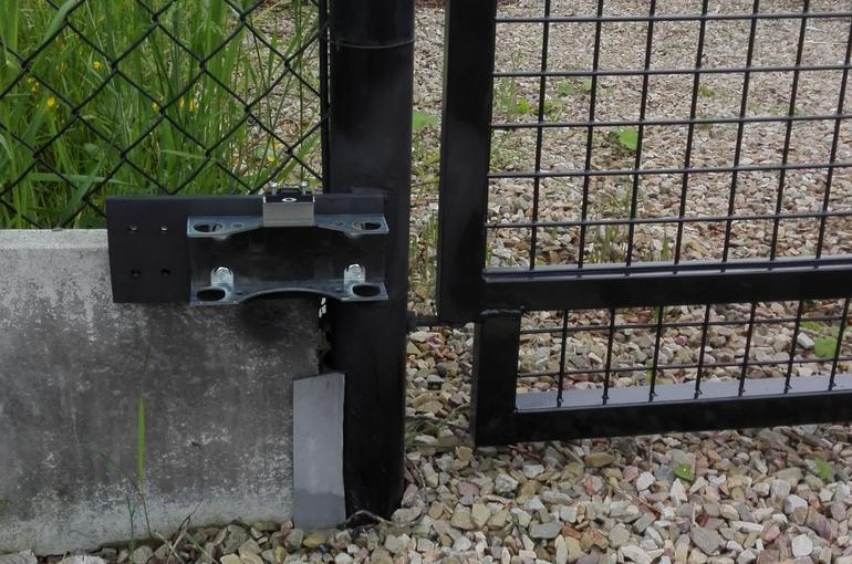Automatische openers op bestaande poort plaatsen 2