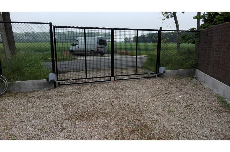Automatische openers op bestaande poort plaatsen