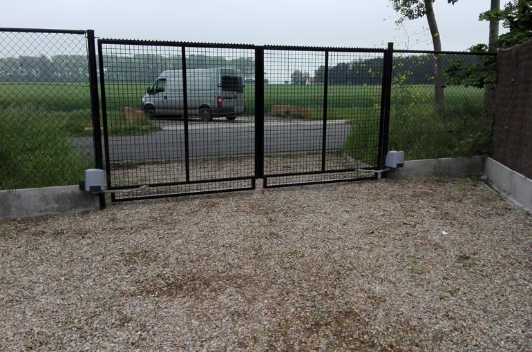 Automatische openers op bestaande poort plaatsen 1