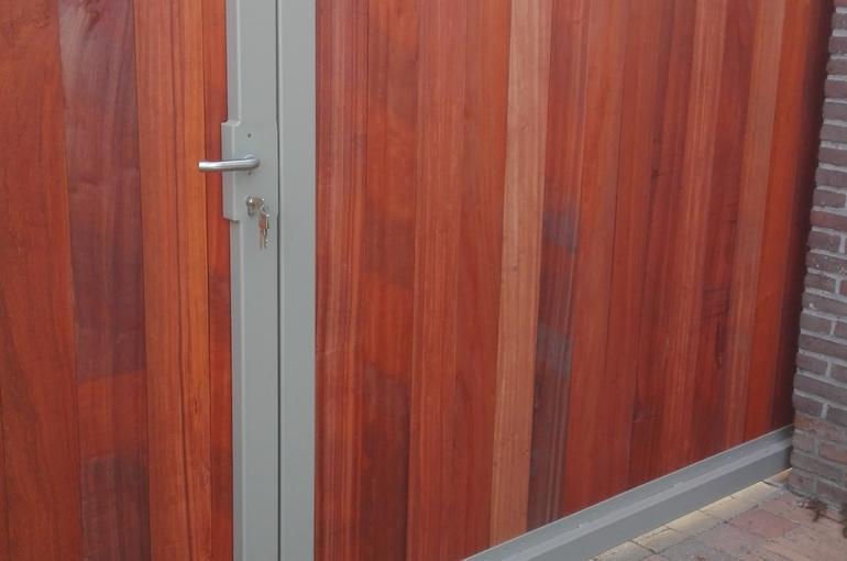 Metalen poort met houtafwerking 2