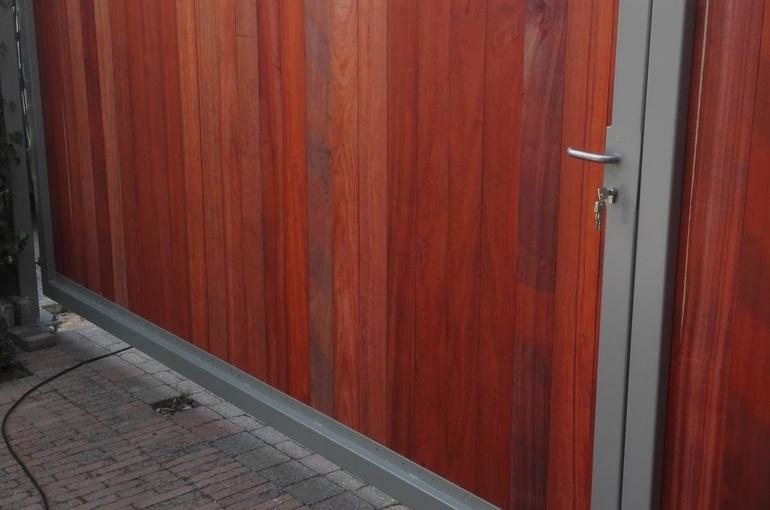 Metalen poort met houtafwerking 3