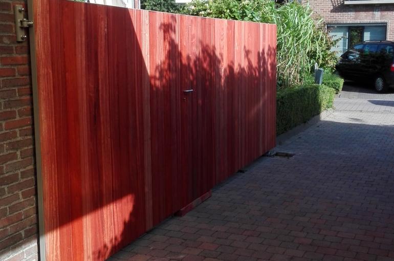 Metalen poort met houtafwerking 1