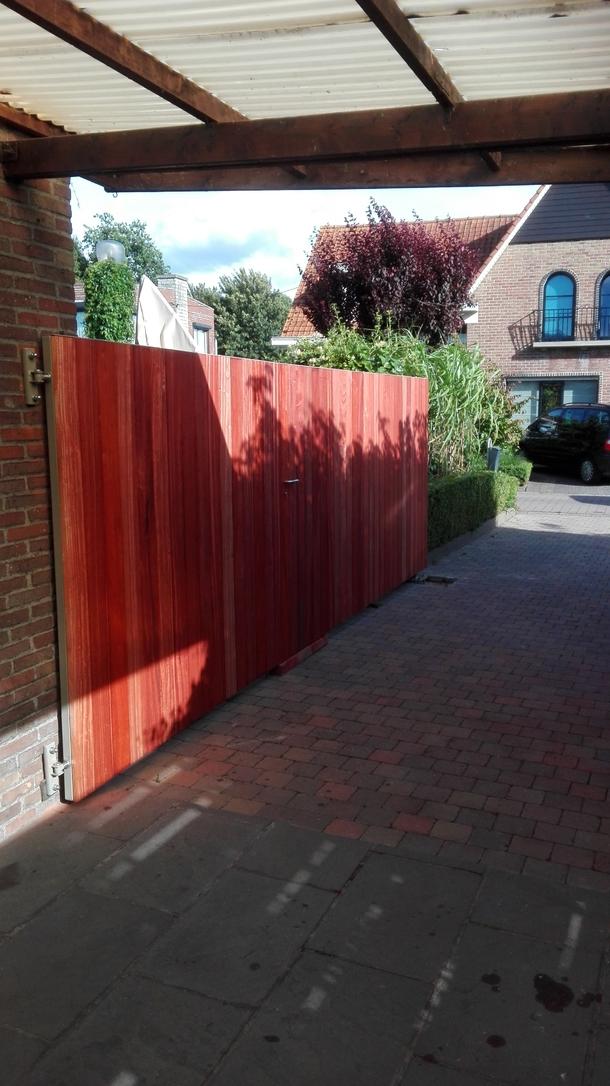 Metalen poort met houtafwerking