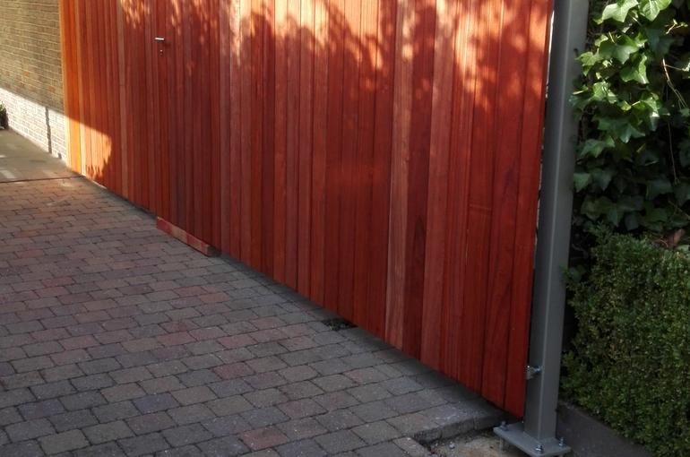 Metalen poort met houtafwerking 5