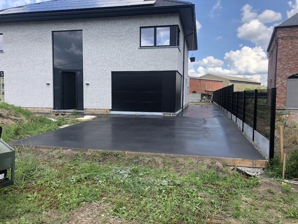 Zwart gepolierde oprit met aansluitend terras